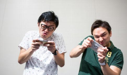 スマホゲームで遊ぶ男性