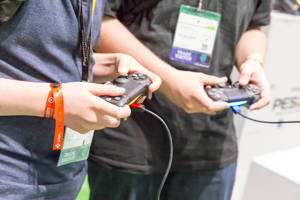 PS4で遊ぶ人