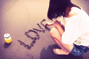 LOVEと砂浜に書く女の子