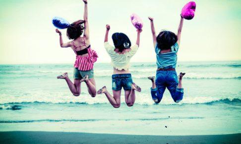 ジャンプして喜ぶ3人の女性