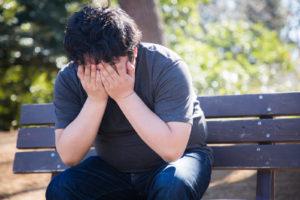 自分の実況動画に低評価を押されてしまったことを悲しむ男性