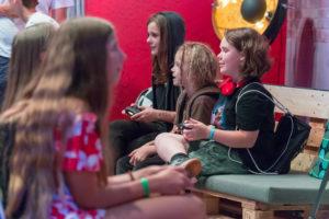 PS4のゲームで遊ぶ子ども達