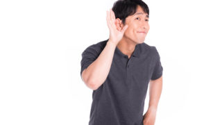 PS4プライムビデオの音量が小さすぎて耳を澄ます男性