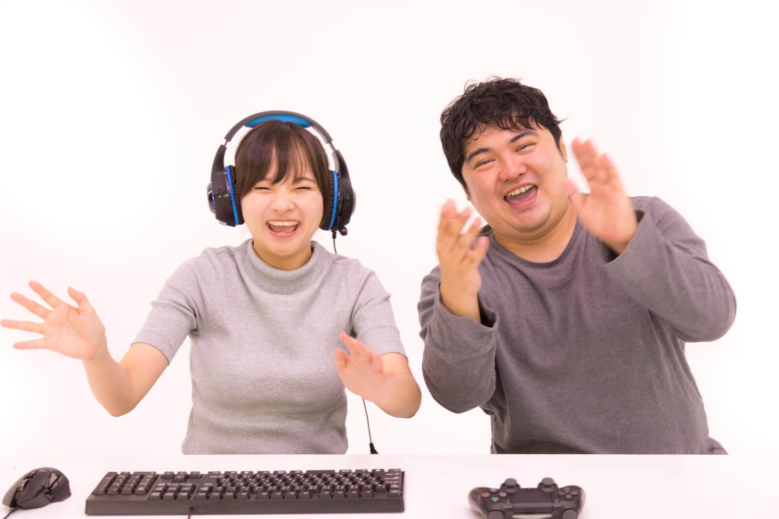 ゲームで遊ぶ2人