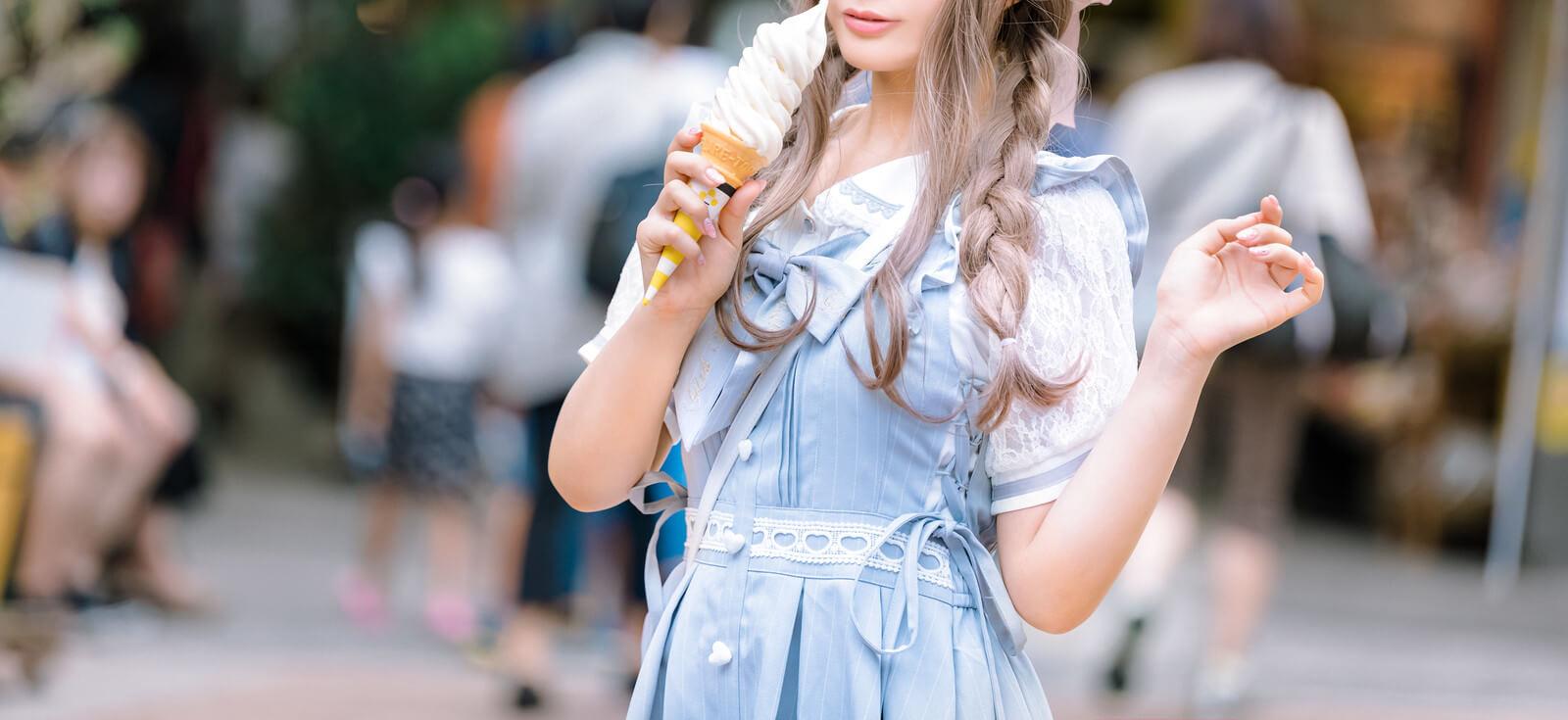 バニラソフトクリームを食べる女性