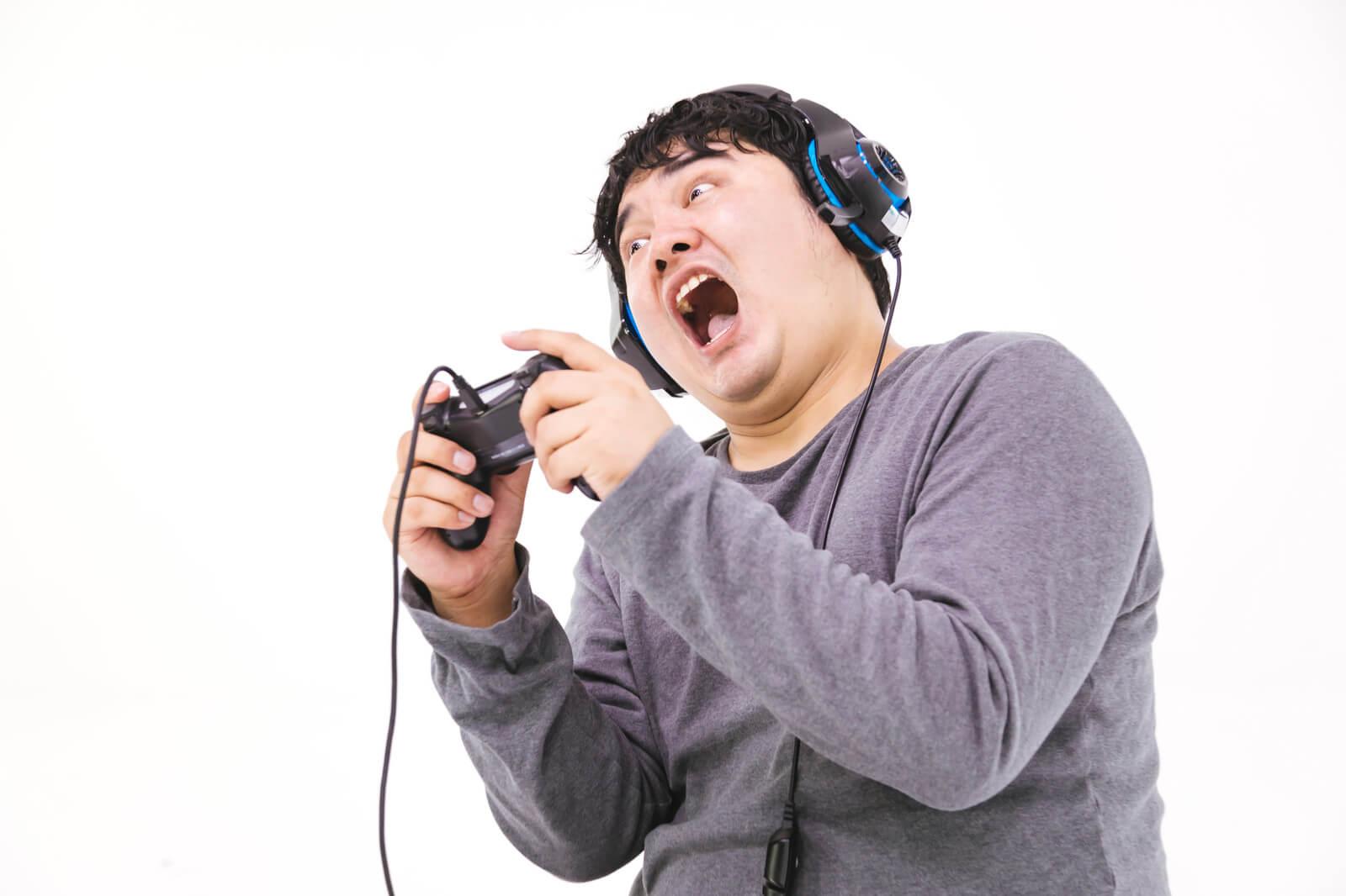 ゲーム実況中の男性