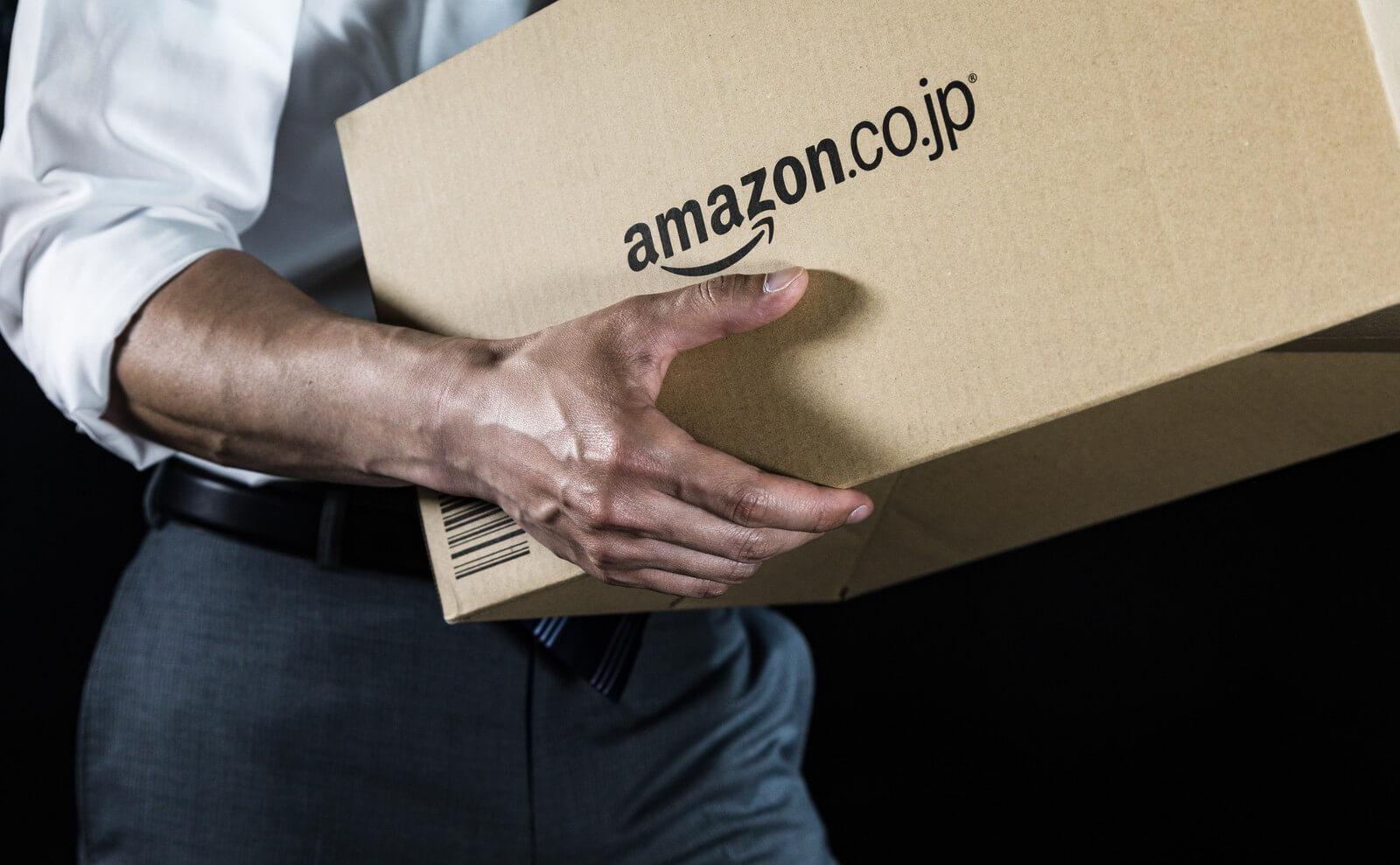 Amazonの箱を持つ男性