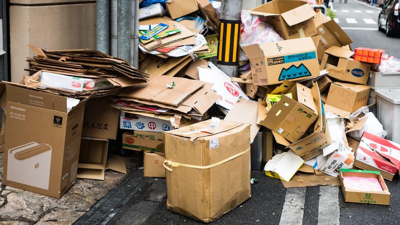 ゴミ捨て場に捨ててある段ボールの山
